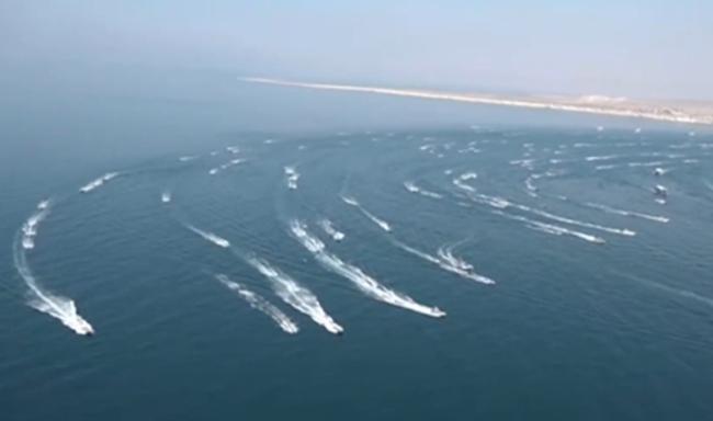 """伊朗出动""""数百艘""""舰艇海上阅兵,时间地点都很有深意"""