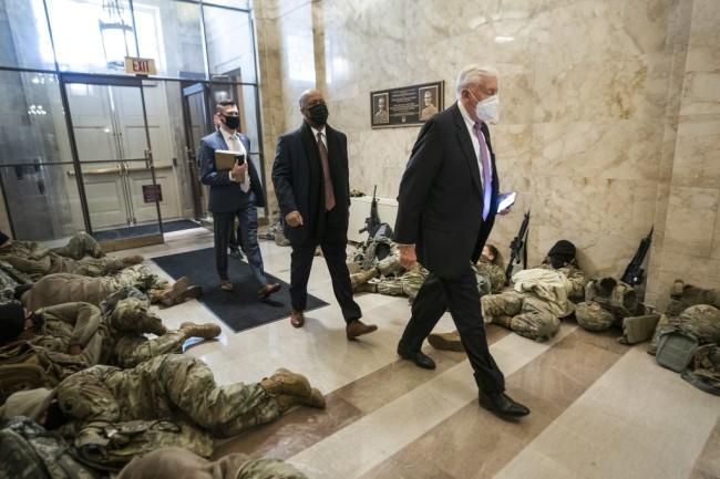 睡在国会地板的国民警卫队员:我们也是游客,纪念品商店怎么走?
