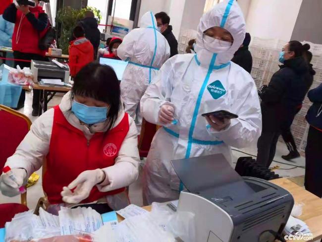 河北医科大学大二学生王雨涵和母亲一起报名成为裕华区建投十号院的社区志愿者。