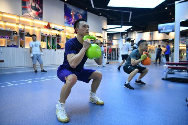 徐灿进行核心力量训练。