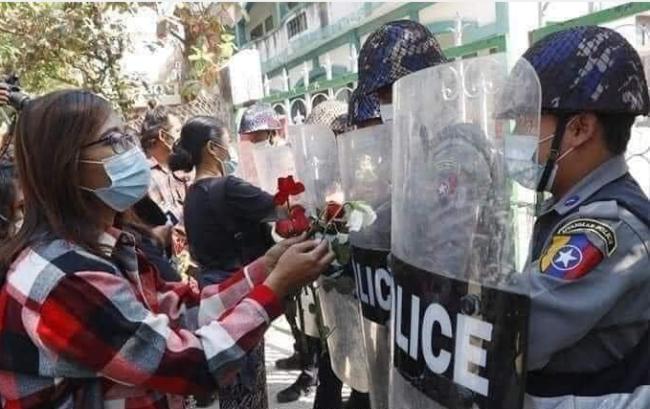 尽管缅甸出动了防暴警察,但警方并未和民众发生冲突 图源:社交媒体