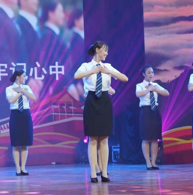 △李媛在2018年梧州市交通系统文艺汇演活动上,表演她的原创舞蹈——《中国高铁》。