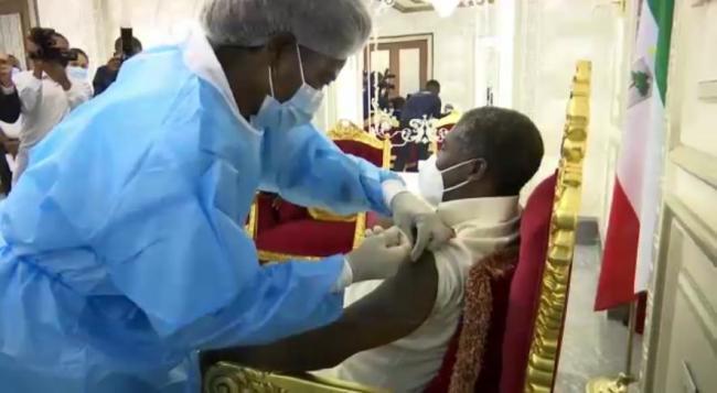 赤道几内亚副总统曼格接种中国新冠疫苗