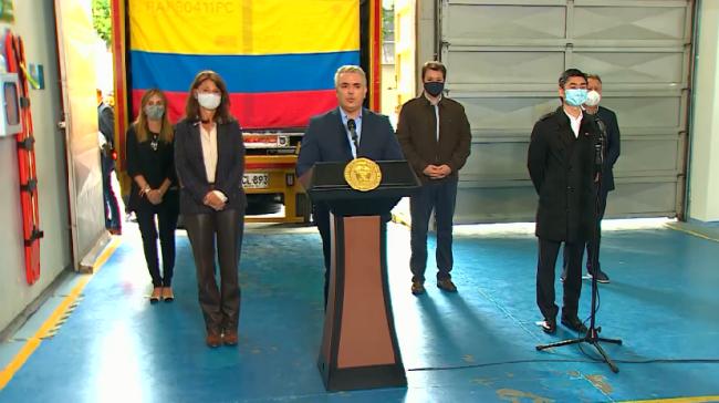 首批中国疫苗运抵哥伦比亚 哥总统出席疫苗接收仪式
