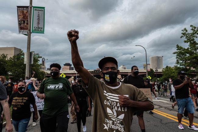 """遭遇""""弗洛伊德式死亡"""" 警察却不被起诉!美国的""""种族病""""还能治吗?"""