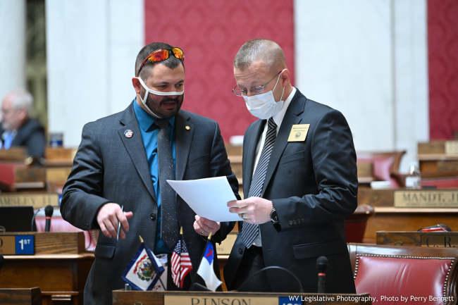 国王的口罩:美国多名议员戴网眼、胶带口罩应付