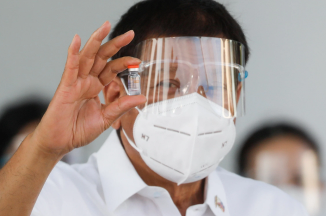 杜特尔特亲赴机场迎接60万剂中国疫苗:希望年底访华
