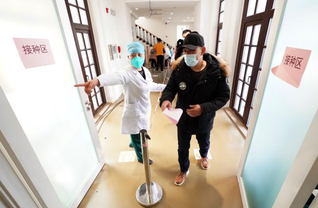 揭秘疫苗接种调度人:领取、转运、回收全程民警护卫