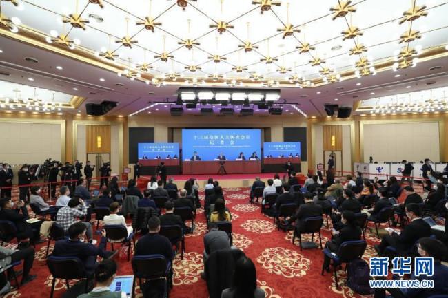 """3月7日,十三届全国人大四次会议在北京人民大会堂新闻发布厅举行记者会,邀请国务委员兼外交部长王毅就""""中国外交政策和对外关系""""相关问题回答中外记者提问。为有效防控疫情,共同维护公共卫生与健康,记者会采用网络视频形式进行。这是记者在梅地亚中心多功能厅采访。新华社记者 金立旺 摄"""