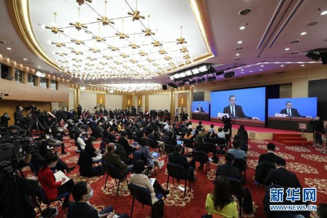 """3月7日,十三届全国人大四次会议在北京人民大会堂新闻发布厅举行记者会,邀请国务委员兼外交部长王毅就""""中国外交政策和对外关系""""相关问题回答中外记者提问。为有效防控疫情,共同维护公共卫生与健康,记者会采用网络视频形式进行。"""