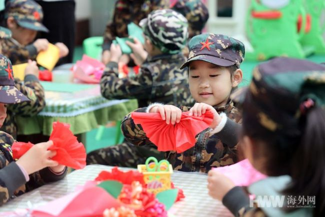 送党一朵小红花!幼儿园制作红花党旗致敬最可爱的人