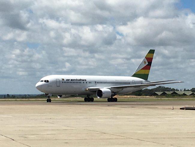 中国援助津巴布韦第二批新冠疫苗运抵哈拉雷 津总统和副总统到场迎接