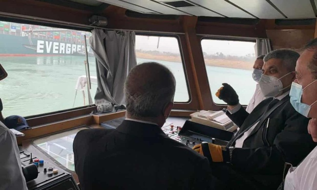 台湾巨轮苏伊士运河搁浅 数百艘游轮等待通航