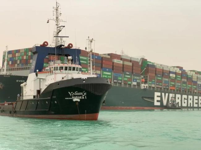 △3月24日,一艘拖船在埃及苏伊士运河重型货船搁浅的水域作业。