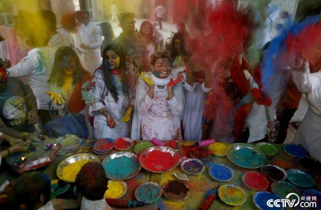 巴基斯坦民众街头庆祝洒红节