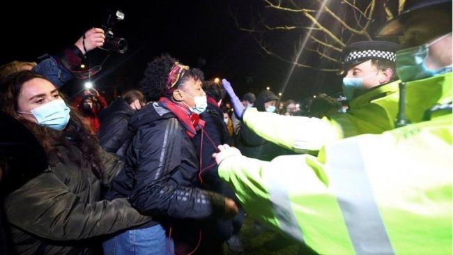 """调查认为英国警方在纪念莎拉·埃弗拉德的守夜活动中采取了""""适当行动"""""""