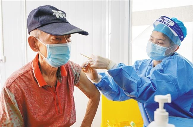 三亚:为老年人群提供接种便利