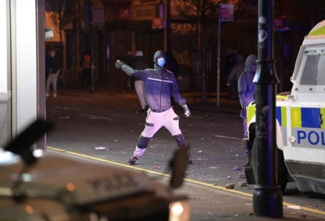 英国北爱爆发骚乱:民众怒烧公交 40多警察受伤