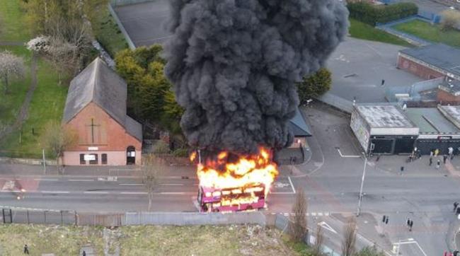 英国北爱爆发骚乱:民众怒烧公交 约翰逊深夜发声