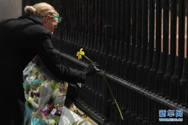 菲利普亲王去世,英国民众摆放鲜花寄托哀思