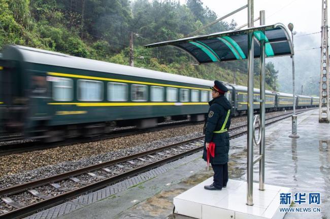 """寒来暑往,穿行武陵山区的""""慢火车"""""""
