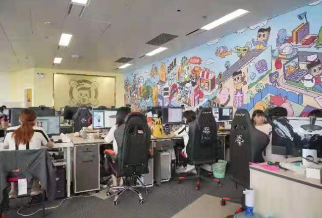 """三成港籍同事和""""来画""""同创业同发展,一起打电竞看直播无隔阂"""