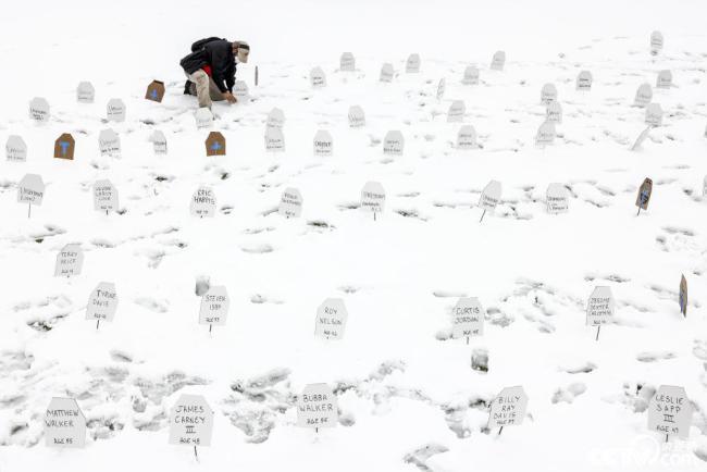 美国丹佛雪地墓碑纪念因警察暴力执法遇难者