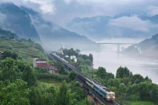 太好哭了...每一列火车经过这座桥,都要鸣笛30秒