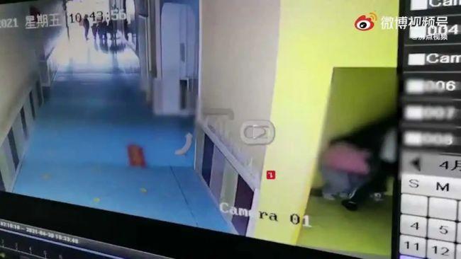 """警方通报""""幼儿园幼师骑小孩身上扇耳光"""":已行拘"""
