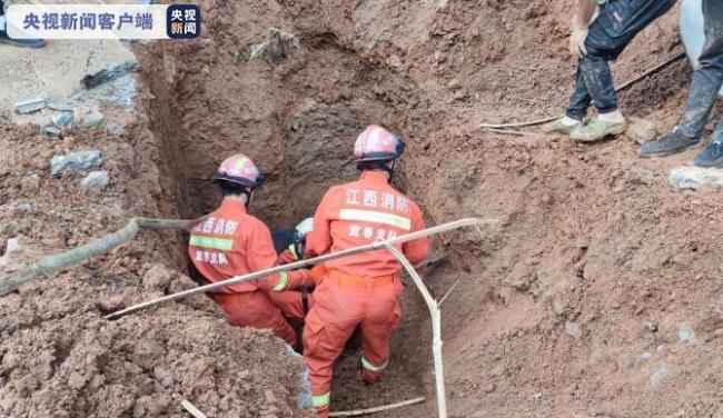 江西宜春一工地塌方致1人被埋 消防刨土紧急救援