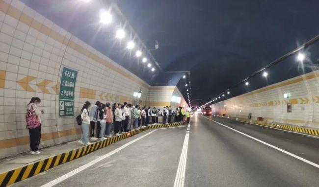 大客车故障,46名学生被困隧道!宁夏交警紧急救援