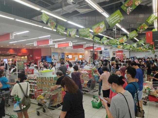 新加坡总理李显龙呼吁民众遵守防疫措施 减少外出