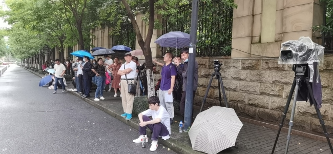 5月14日早晨,杭州中院门口聚集着人群,有记者 ,也有普通市民。新京报记者 苑苏文 摄