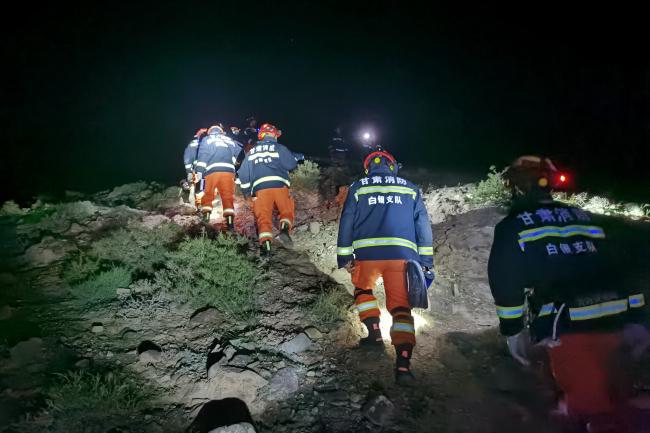 5月23日凌晨,消防救援人员搜救失联人员。(黄河石林山地马拉松百公里越野赛失联救援指挥部供图)
