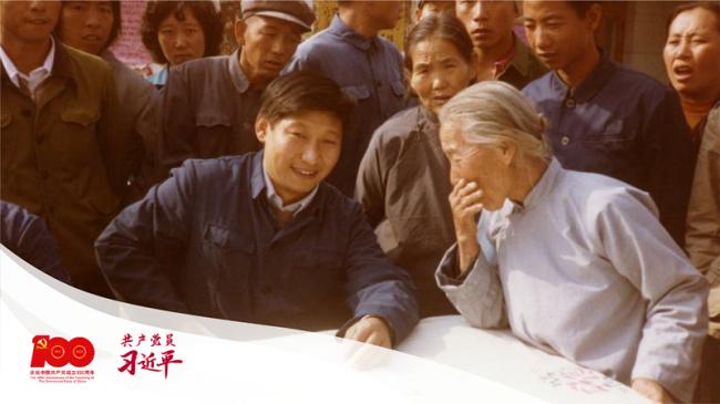这是1983年,时任河北正定县委书记的习近平(前排居中),临时在大街上摆桌子听取老百姓意见。