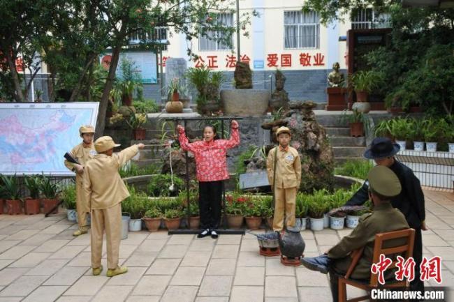 图为小街乡中心小学排演的课本剧《南疆丹娘孙兰英》。 罗婕 摄