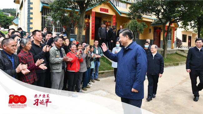 2021年4月25日,习近平总书记在桂林市全州县才湾镇毛竹山村考察时,同乡亲们亲切交流。