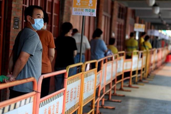 台湾单日新增320例本土病例 连续15天超百例