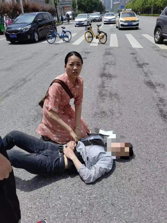 外卖小哥被撞飞,她放下一双儿女冲入滚滚车流