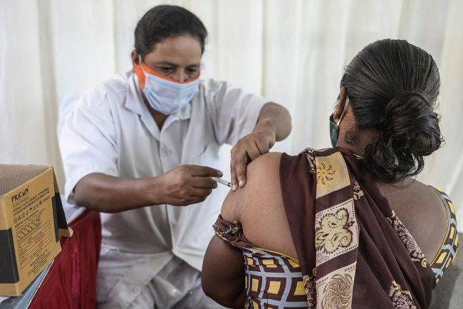 印度老太感染新冠后被隔离 故意拥抱儿媳致其感染