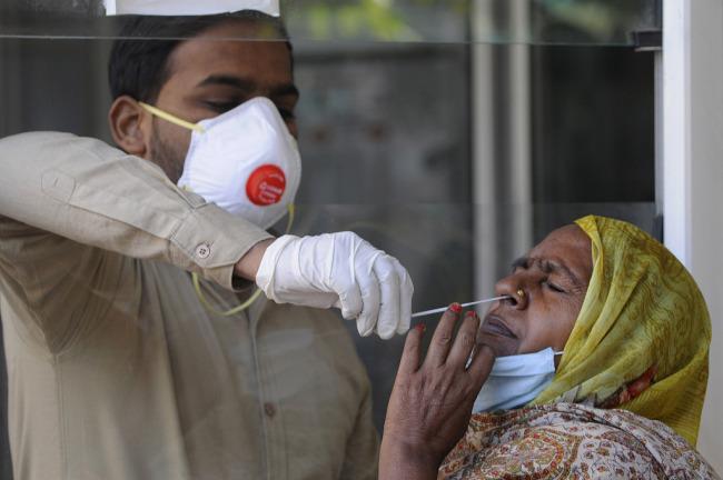 印度老妇被医院误称死于新冠家人办丧礼后返回家中
