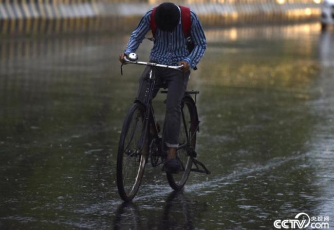 央视网消息:当地时间2021年6月4日,印度诺伊达,市民在雨中出行。当日,印度多个地区遭遇暴雨天气。视觉中国