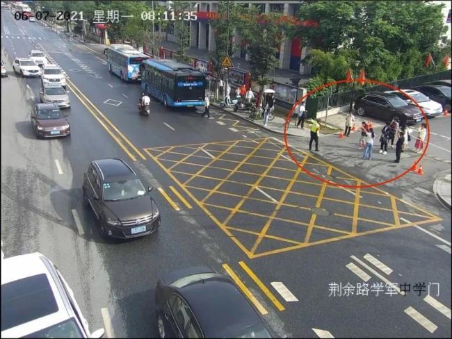 杭州一考生准考证落公交车上 交警狂奔近1公里找回
