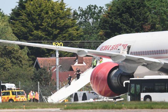印度一客机飞行中遇强气流 3人被送往医院治疗