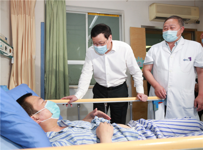 湖北省委书记应勇赴十堰,看望受伤人员