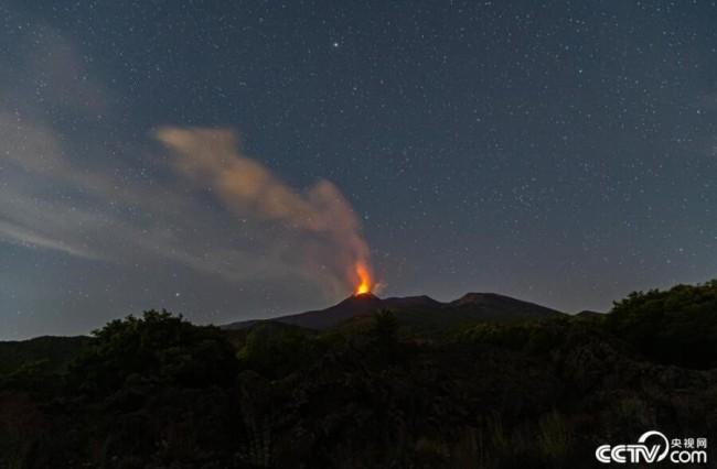 央视网消息:当地时间2021年6月17日,意大利西西里岛,卡塔尼亚埃特纳火山再度喷发。人民视觉