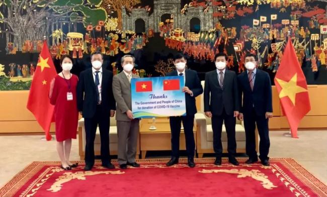 中国政府援助越南新冠疫苗运抵河内