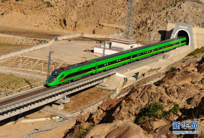 试运行的复兴号列车驶出拉林铁路的嘎拉山隧道(6月16日摄)。