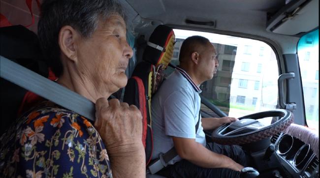 """坐在卡车副驾驶位上的母亲:""""我也去看看花花世界"""""""
