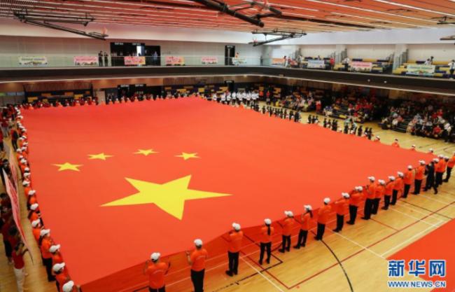 7月1日,在香港坑口体育馆,香港市民展示大型国旗。新华社记者 李钢 摄